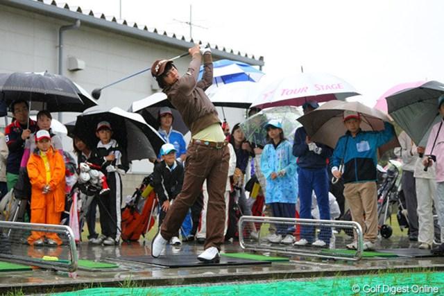 強い雨と風の中、コース内の練習場で始球式が行われた