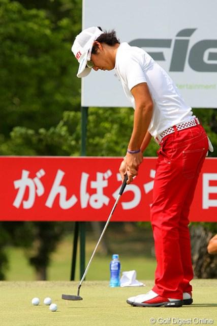2012年 ザ・レジェンド・チャリティプロアマトーナメント 最終日 石川遼 ホールアウト後もピン型のパターで練習を行っていた石川遼