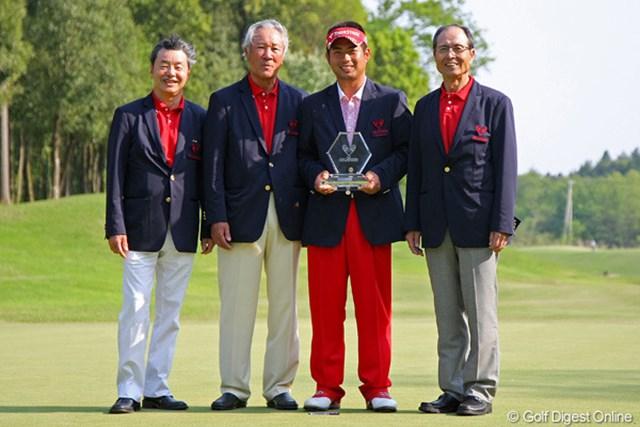 通算10アンダーで逆転優勝を手にした池田勇太。実行委員の青木功、王貞治、日野皓正とともに記念写真に納まった