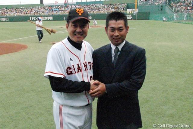 """宇都宮市内で行われたプロ野球の試合で大会をPRした池田勇太。""""若大将""""巨人・原辰徳監督と握手を交わした"""