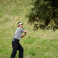 つま先下がり、前方に木、こんな打ちかたにもなるかな・・・ 2012年 日本プロゴルフ選手権大会 日清カップヌードル杯 2日目 池田勇太