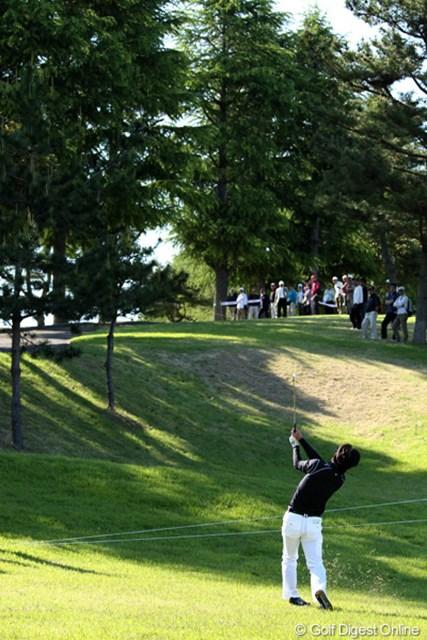 2012年 日本プロゴルフ選手権大会 日清カップヌードル杯 3日目 深堀圭一郎 ティショットを隣のホールまで曲げ木越えのショット!