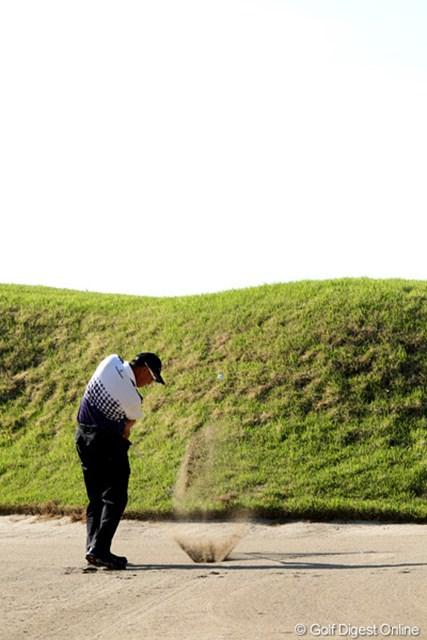 2012年 日本プロゴルフ選手権大会 日清カップヌードル杯 3日目 谷口徹 コースが見えないほどあごが高いバンカーショット、さすがプロ!