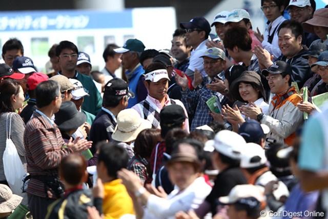 2012年 日本プロゴルフ選手権大会 日清カップヌードル杯 3日目 池田勇太 ギャラリーから声援をもらいながら1番ティに登場、まんざらでもなさそうだね?