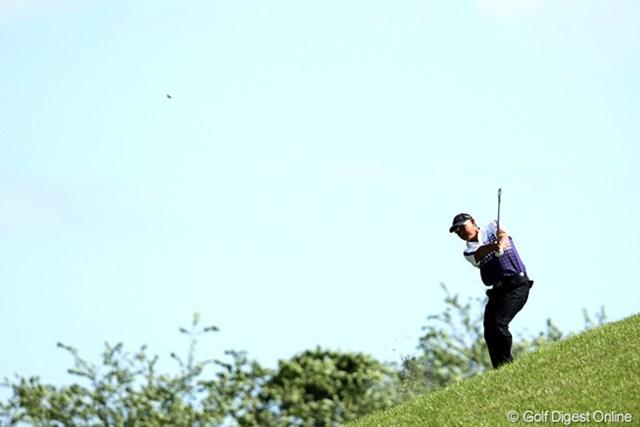 2012年 日本プロゴルフ選手権大会 日清カップヌードル杯 3日目 谷口徹 8番セカンド、なんとこんな傾斜からショット。これも風の影響?