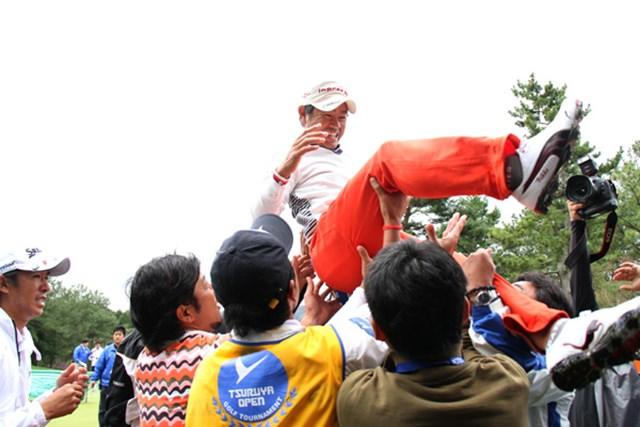つるやオープンで藤田が仲間に胴上げされるシーン。確かに、早々にその輪から離れて、痛そうに小指をさすっている上井が左端に映っていた。