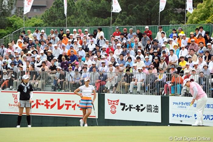 これって一体どこの国のトーナメントやって思いませんか?ついに韓流パワーはここまで来たかっちゅう感じですワ…。USLPGA化が怖いんやけど…。 2012年 フンドーキンレディース 最終日 (左から)金ナリ、イ・ボミ、アン・ソンジュ