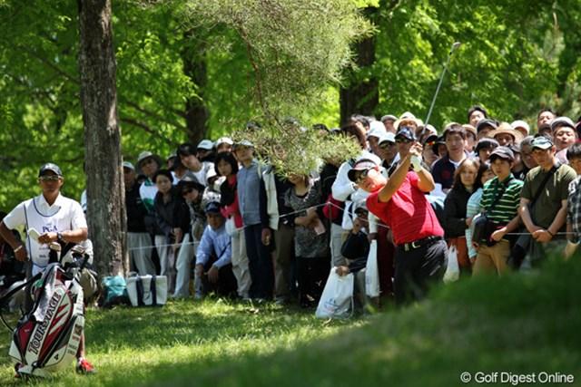 2012年 日本プロゴルフ選手権大会 日清カップヌードル杯 最終日 薗田峻輔 9番ティショットを曲げラフからセカンドショット、4打目がなんとチップインバーディ!なかなかやるね~