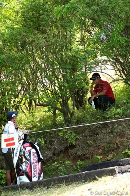 2012年 日本プロゴルフ選手権大会 日清カップヌードル杯 最終日 薗田峻輔 17番クリークを越え林の中へ・・・ここからは打てませんよね