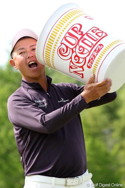 2012年 日本プロゴルフ選手権大会 日清カップヌードル杯 最終日 谷口徹 デカ!なんと副賞のカップヌードル10年分だそうです