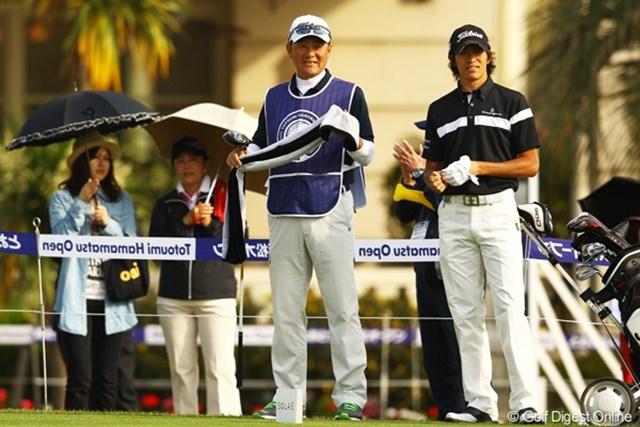 双子の女子プロゴルファー久保啓子・宣子の兄で、今週がデビュー戦です。キャディの父は、元阪神タイガースの投手コーチ。ちなみに後ろに写る女性2人、右は母で、左はフィアンセだそうです。