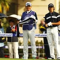 双子の女子プロゴルファー久保啓子・宣子の兄で、今週がデビュー戦です。キャディの父は、元阪神タイガースの投手コーチ。ちなみに後ろに写る女性2人、右は母で、左はフィアンセだそうです。 2012年 とおとうみ浜松オープン 初日 久保圭