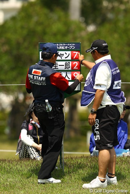 2012年 とおとうみ浜松オープン 2日目 キャリングボード キャディさんがボランティアさんのお手伝い?いえいえ、風が強すぎてスコアも名前も吹っ飛んじゃうんです。