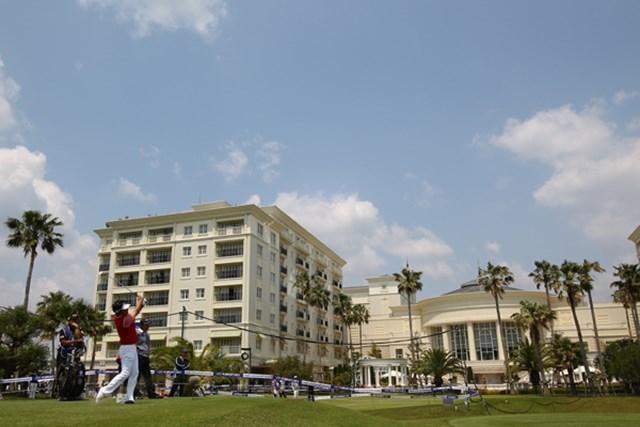 2012年 とおとうみ浜松オープン 2日目 12番ホール 洋風なクラブハウスとホテルが、まるでアメリカのゴルフ場を思わせる雰囲気です。