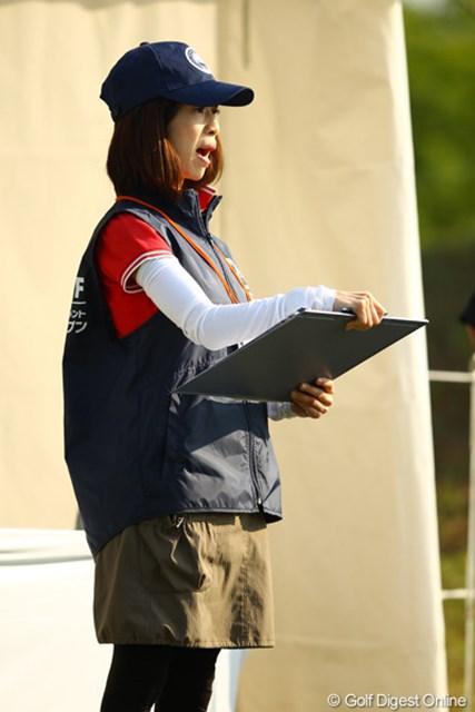 2012年 とおとうみ浜松オープン 2日目 スタートアナウンス 普通のトーナメントではプロのアナウンサーが、スタートアナウンスを行いますが、この大会ではボランティアさんががんばってます。ちょっと素人っぽい選手紹介が、何とも言えずホンワカしますねぇ。