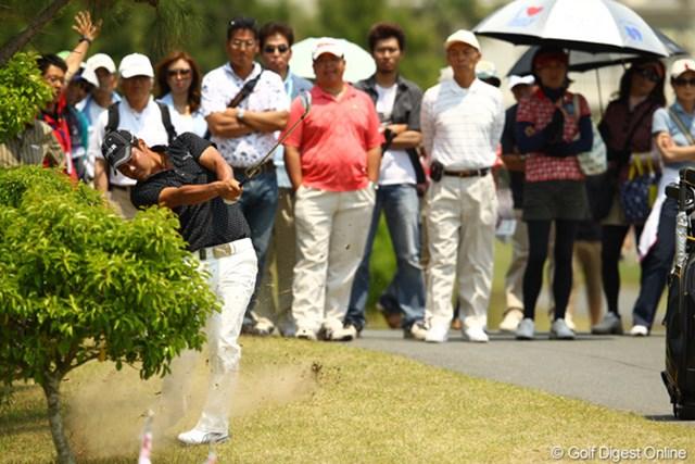 2012年 とおとうみ浜松オープン 3日目 谷原秀人 谷原秀人 いきなりスタートホールでティショットを曲げるもナイスパーセーブ!