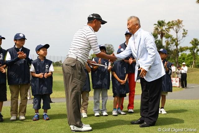 2012年 とおとうみ浜松オープン 3日目 谷口徹 昨日アルバトロスを記録した谷口さん。スタート前に大会会長から記念の液晶テレビの目録をプレゼントされました。