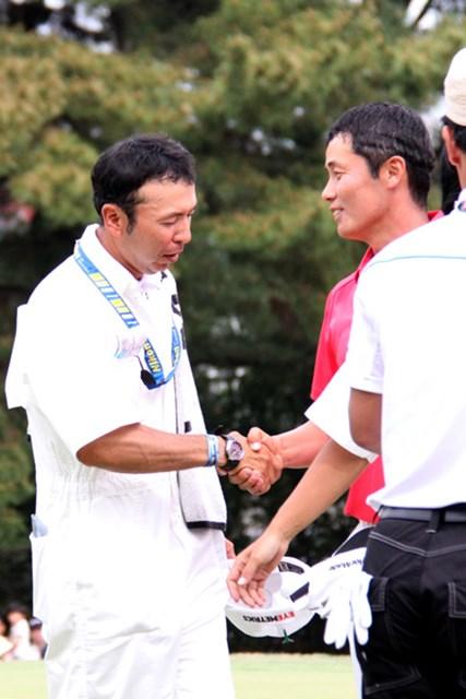 「中日クラウンズ」最終日、I.J.ジャンと喜びを分かち合う渡辺宏之キャディ