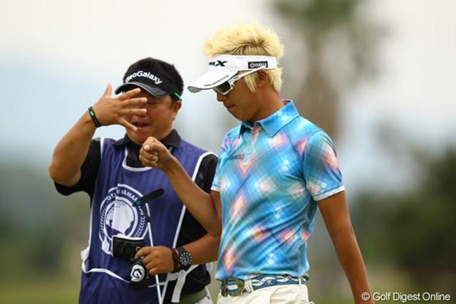 2012年 とおとうみ浜松オープン 最終日 ジェイ・チョイ キャディとじゃんけん。負けてます。