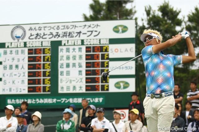 2012年 とおとうみ浜松オープン 最終日 ジェイ・チョイ 18番ティ後ろのスコアボードをチラリ。再び気合を入れ直したように見えましたね。