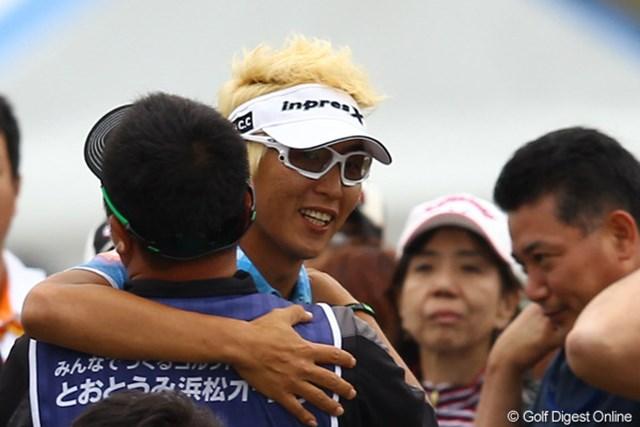 2012年 とおとうみ浜松オープン 最終日 ジェイ・チョイ 優勝が決まってキャディさんと抱擁です。
