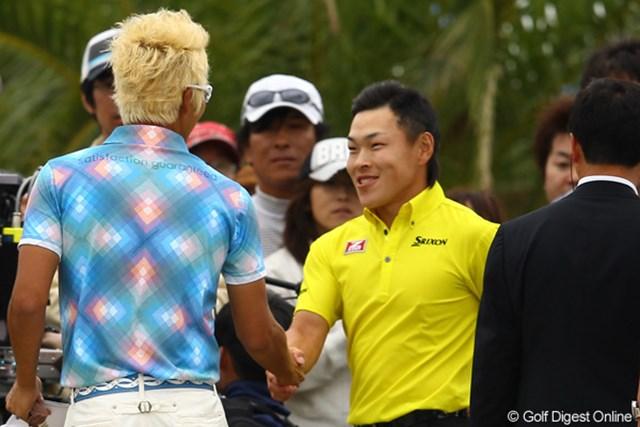 2012年 とおとうみ浜松オープン 最終日 ジェイ・チョイ 藤本佳則 お互いの健闘をたたえあって握手。