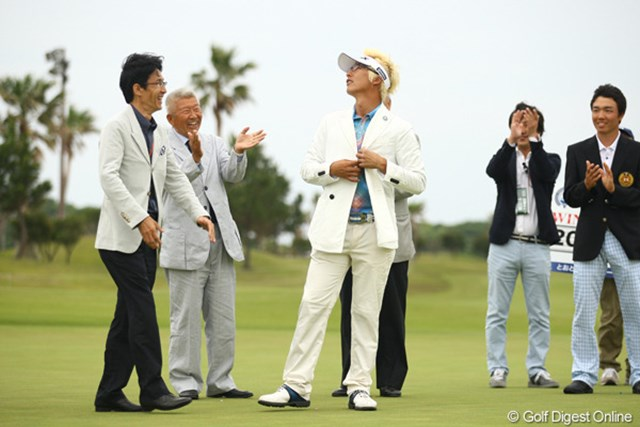 2012年 とおとうみ浜松オープン 最終日 ジェイ・チョイ オシャレなJ・チョイは、アルマーニのチャンピオンブレザーもお似合いです。ポーズ決めちゃってます。