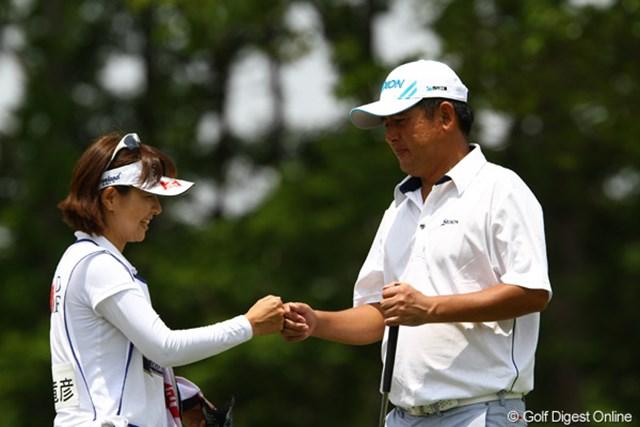 2012年 ダイヤモンドカップゴルフ 初日 高橋竜彦 今季ツアー初登場の高橋竜彦。夫人である牛渡葉月プロとグータッチ。