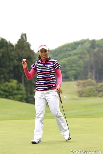 2012年 ヨネックスレディスゴルフトーナメント 初日 笠りつ子 5番ピンそばに付けバーディ!笑顔もいいね~。
