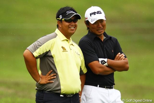 何やら塚田プロと密談。しかもタイ語で。