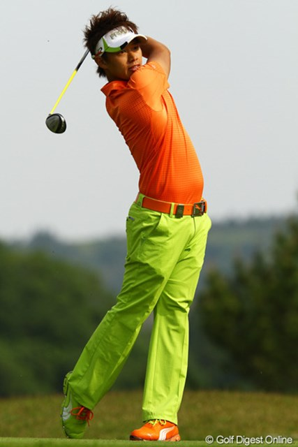 2012年 ダイヤモンドカップゴルフ 2日目 中西直人 左右スパイクの色が違うんですが・・・これってアリなんですか?流行ってるんですか?