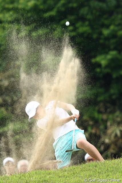 2012年 ヨネックスレディスゴルフトーナメント 2日目 永井花奈 すごいところから打ってるね~。アマチュアで予選通過はただ一人