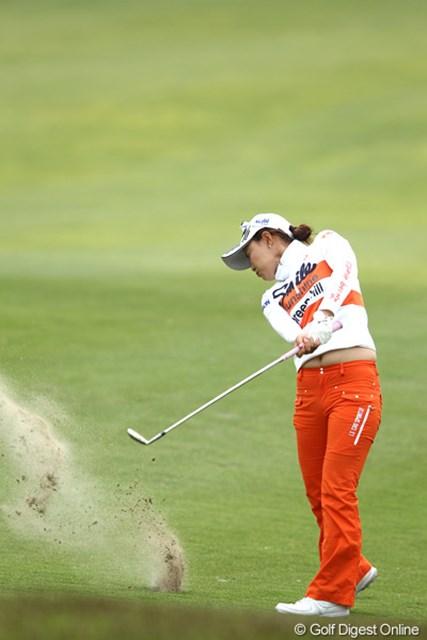 2012年 ヨネックスレディスゴルフトーナメント 2日目 横峯さくら 18番大ダフリ?で目の前のバンカーへ・・・痛っ!
