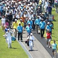 新潟出身ヨネックス所属。ギャラリーもご覧の通り 2012年 ヨネックスレディスゴルフトーナメント 最終日 若林舞衣子