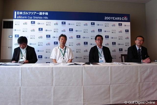 会見ではJGTOから中島和也、鈴木規夫、小山和顕の3名、さらに宍戸ヒルズの草野総支配人が出席し今年のコースについて説明を行った。