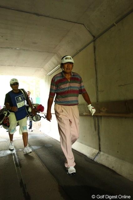 2012年 日本ゴルフツアー選手権 Citibank Cup Shishido Hills 初日 尾崎将司 狭いトンネルでカメラを向けて…ちょっと恐かった。