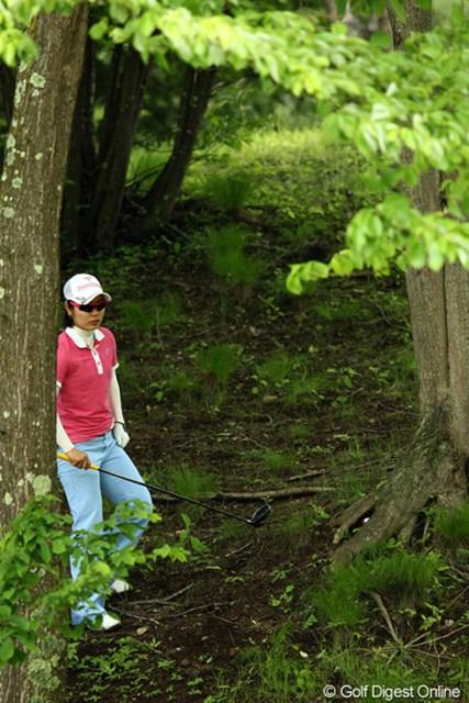 2012年 リゾートトラストレディス 2日目 比嘉真美子 木の根元にボールがすっぽり、これは打てないよ~