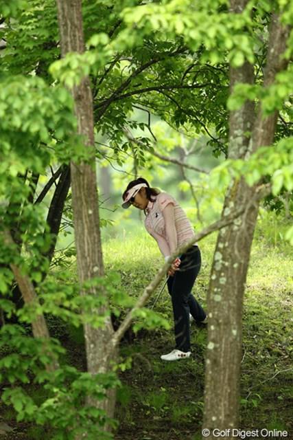 2012年 リゾートトラストレディス 2日目 藤田幸希 こんなに林のなかまでいってしまいました、出すのが精一杯