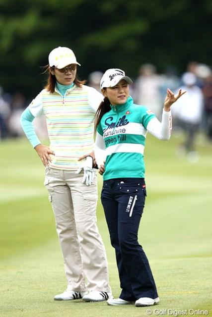 2012年 リゾートトラストレディス 2日目 横峯さくら 李知姫 今日は2人でよ~く会話してましたよ、国際交流?