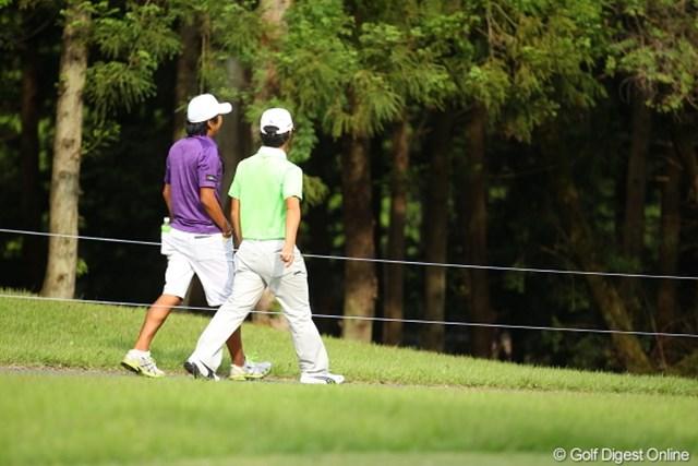 2012年 日本ゴルフツアー選手権 Citibank Cup Shishido Hills 3日目 浅地洋佑 プレイが終了した浅地プロはキャディの大ちゃんとお散歩中。