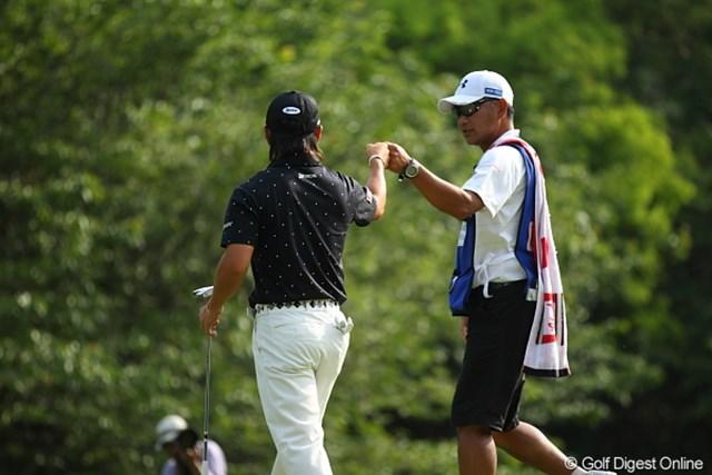 2012年 日本ゴルフツアー選手権 Citibank Cup Shishido Hills 3日目 藤本佳則 せっかくグータッチしてるのに後ろにいた自分が悔しい。