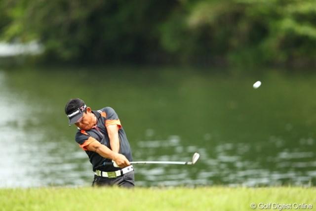 2012年 日本ゴルフツアー選手権 Citibank Cup Shishido Hills 3日目 平塚哲二 池のギリギリから落ちそうになりながらもナイスリカバリーショット!