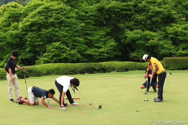 2012年 日本ゴルフツアー選手権 Citibank Cup Shishido Hills 3日目 片山晋呉 いつも練習熱心な片山プロだからラウンド終了後のチェックも入念です。