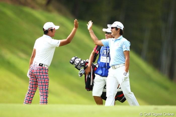 キョンテのチップインイーグルに思わずドンファンも駆け寄りハイタッチ! 2012年 日本ゴルフツアー選手権 Citibank Cup Shishido Hills 最終日 キム・キョンテ