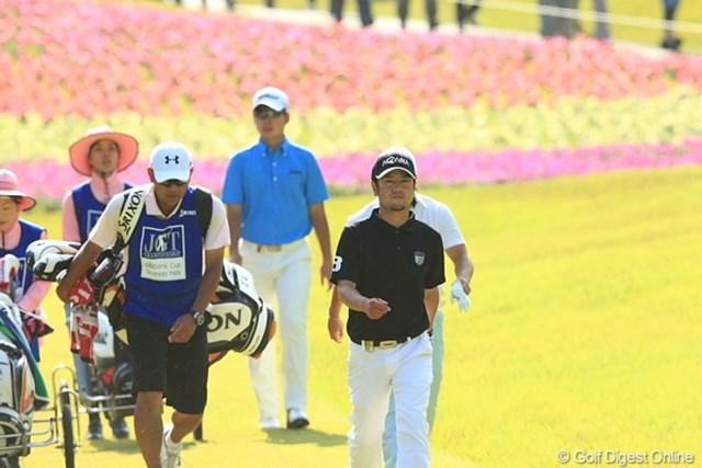 2012年 日本ゴルフツアー選手権 Citibank Cup Shishido Hills 最終日 上平栄道、川村昌弘 最終日最終組の上平正道(右)と川村昌弘(ブルーのシャツ)。メジャーでのツアー初優勝は同組の藤本佳則にさらわれた