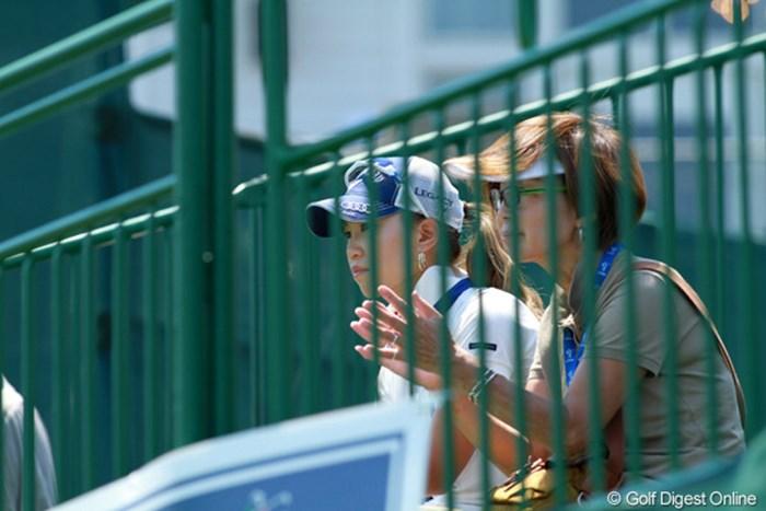 グレース朴のホールアウト風景をスタンドから見守る。ホールアウト後、ひそかに挨拶にも行った 2012年 ウェグマンズLPGA選手権 最終日 上田桃子