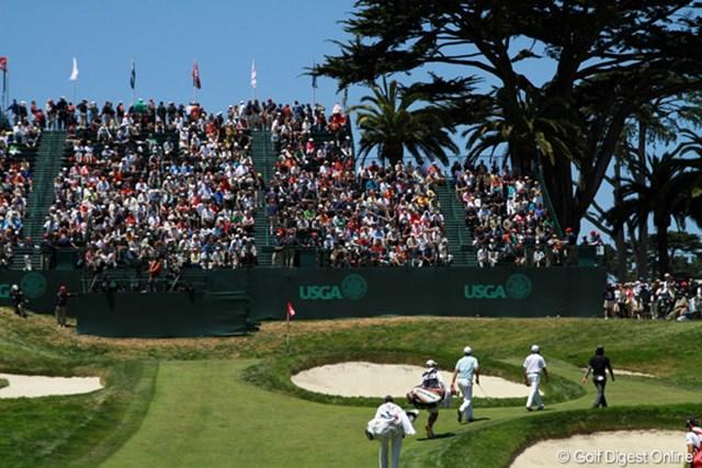 2012年 全米オープン 2日目 18番ホール セカンド地点からグリーンまでは20m近く上っている。グリーンへたどり着くと息が切れ、集中力も切れそうになる