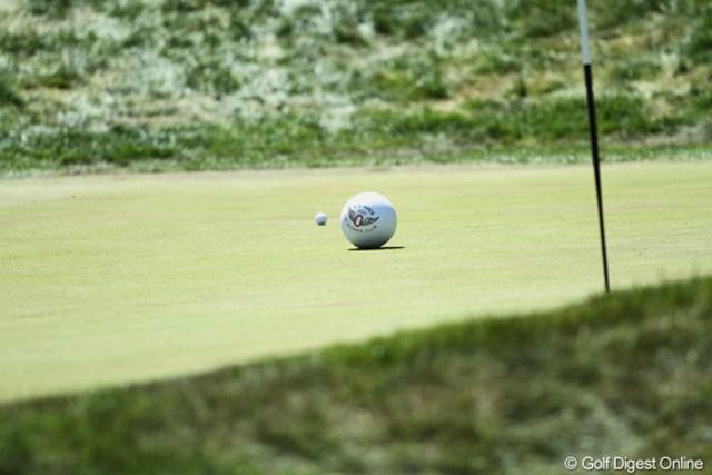 2012年 全米オープン 3日目 局外者? 藤田のボールの横に巨大ボールが乱入!18番ホールの脇の丘から転がってきました