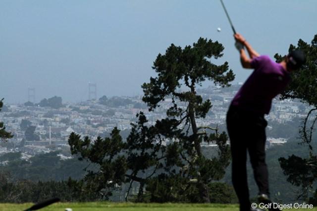 2012年 全米オープン 3日目 ゴールデンゲートブリッジ 霧が晴れた3日目、やっと3番のティグランドからサンフランシスコの名物が見えた