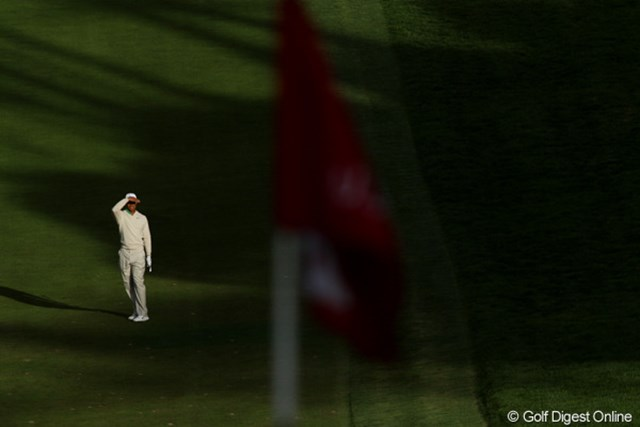 2012年 全米オープン 3日目 18番ホール 陽が傾き、まぶしくショットにも影響を与える。セカンド地点からはグリーン面はまったく見えない